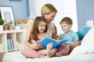 Każda rodzina pielęgnuje swoje mini-tradycje. Należą do nich: regularne czytanie przed snem, siadanie do posiłku o określonej porze...